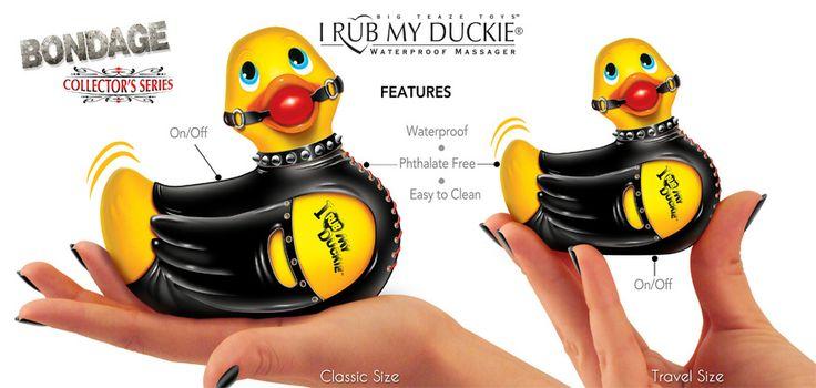 Bondage El más travieso Duckie, encuadernado en su brillante corsé negro, descarado cuello claveteado y el tatuaje deportivo, es una auténtica declaración de moda. ¡Con esposas incluídas!.