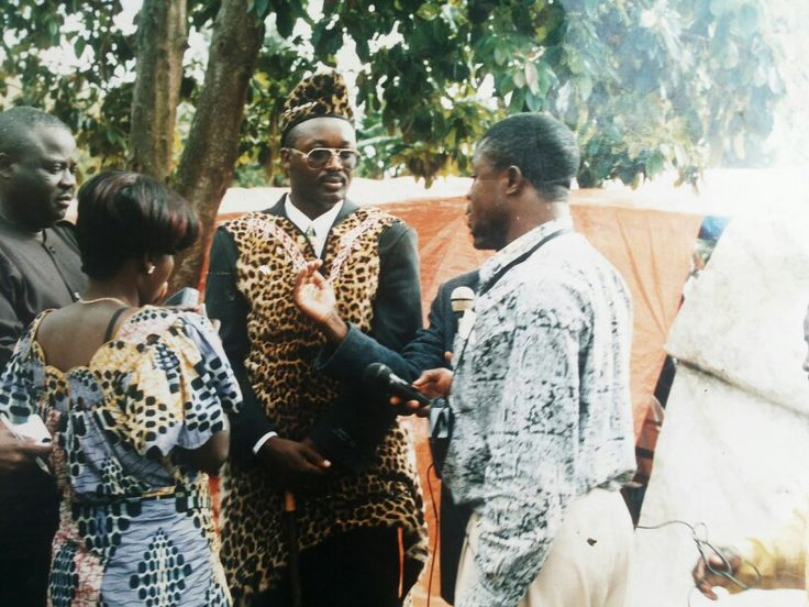 Le Mwami Kayembe Ka Butsitsi au centre habillé en peau de leopard(Roi du Bukumu)en RD Congo