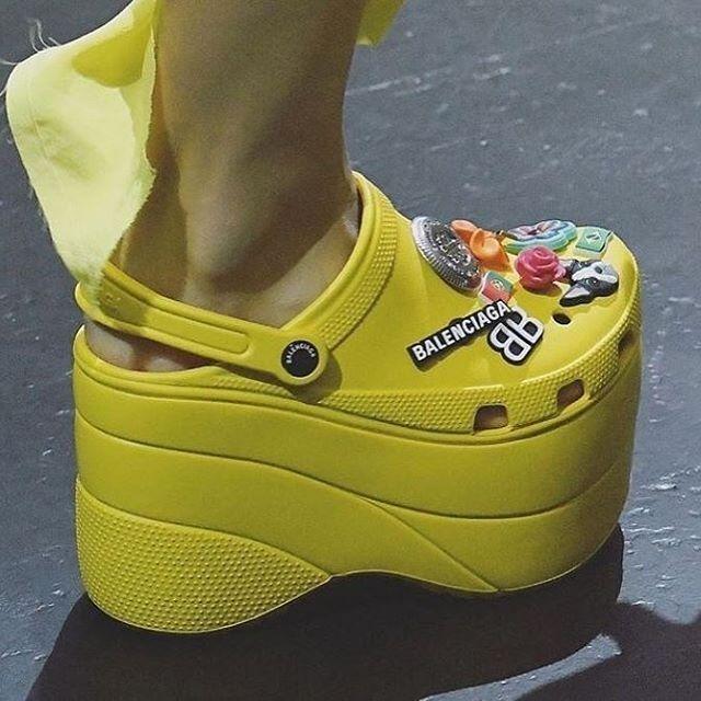 b5770c81cc6 Ik vind crocs normaal al lelijk maar deze zijn echt verschrikkelijk. Smaken  verschillen. Voor mijn laatste blog zie link in bio!
