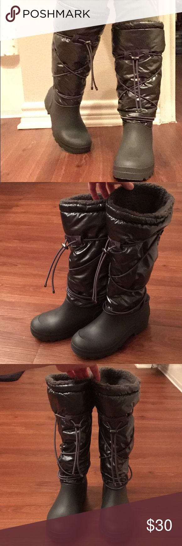 Size 6 Dirty Laundry women's snow boots Dirty laundry size 6 women's snow boots with silver top and grey boot. Worn once on a ski trip. Super soft and warm inside! Very little wear. You can tighten or loosen around the calf/leg area for fit. dirty laundry Shoes Winter & Rain Boots