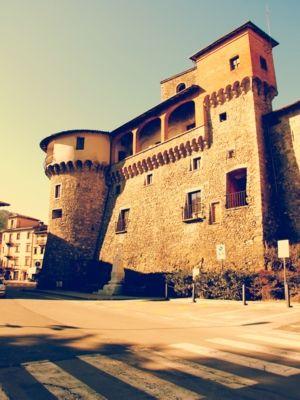 Rocca Ariostesca, Castelnuovo di Garfagnana.Un piccolo presidio esisteva in loco già nel X secolo, ma si può dire che la struttura originaria della Rocca come oggi la conosciamo risalga al XII secolo; modificata lungo tutto il Duecento, fu notevolmente ampliata nel primo Trecento da Castruccio Castracani, che determinò un allargamento dell'intera cinta muraria del borgo; fu Paolo Guinigi a volere l'imponente torre al centro della Rocca ( con l'orologio civico ), che fu anche carcere.