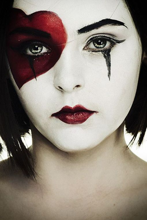 Super einfach: Schwarze Farbe auf die Handfläche geben und einen Abdruck auf dem Gesicht hinterlassen. Mit einem Make-up Fixer die Farbe fixieren...