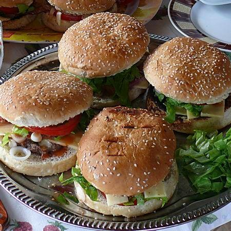 Egy finom Házi hamburger ebédre vagy vacsorára? Házi hamburger Receptek a Mindmegette.hu Recept gyűjteményében!