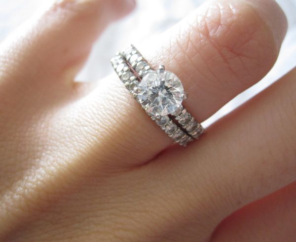 How to Wear a Wedding Ring Set the Right Way Cute Outfits