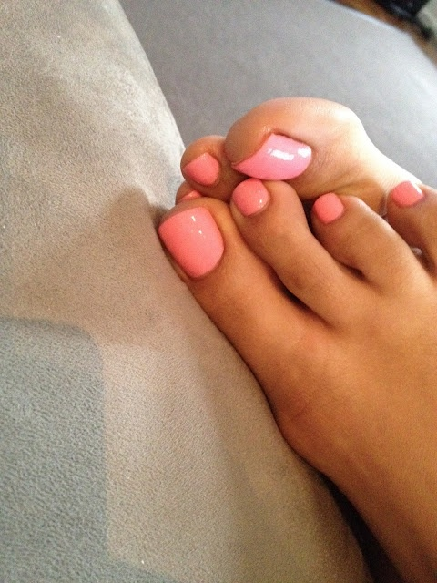 nothing like tanned feet...Love the pink polish