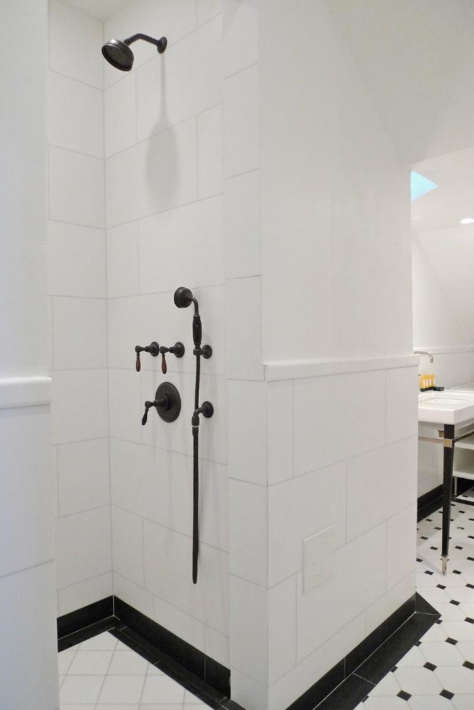 www.jeysenolesen.se © : bathroom design : residential project, stockholm : (thassos marble, bronze hardware, black & white, shower enclosure)