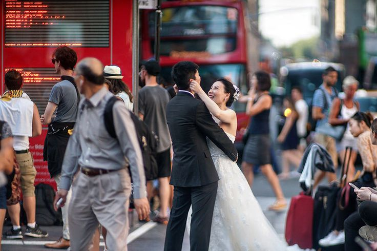 Wedding photoshoot in the middle of a busy crowded street