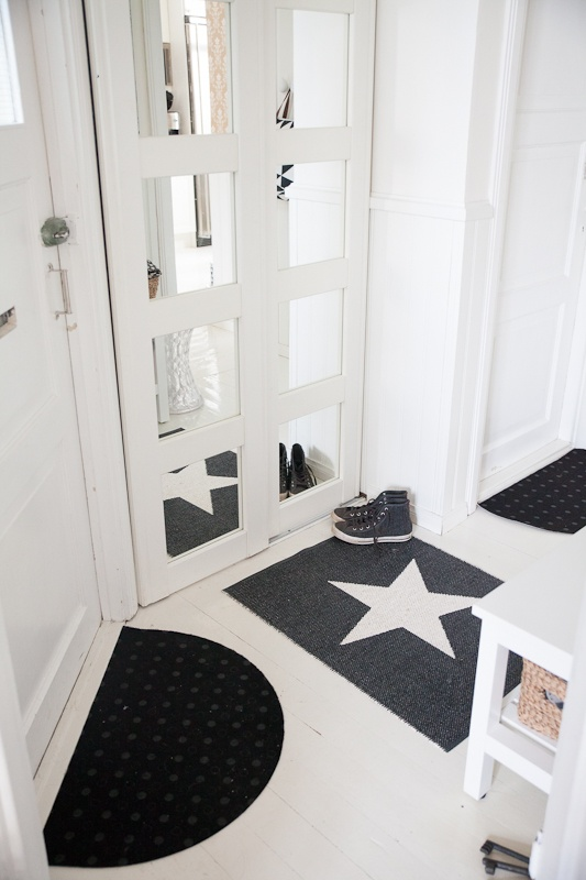 Star small rug in black by Pappelina.