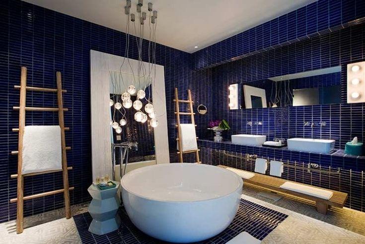 carrelage salle de bain bleu marine, baignoire ronde et porte-serviette échelle