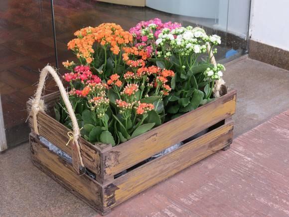 Floreira confeccionada com caixote de feira reciclado, alças em sisal e acabamento em pátina mineira. R$162,00