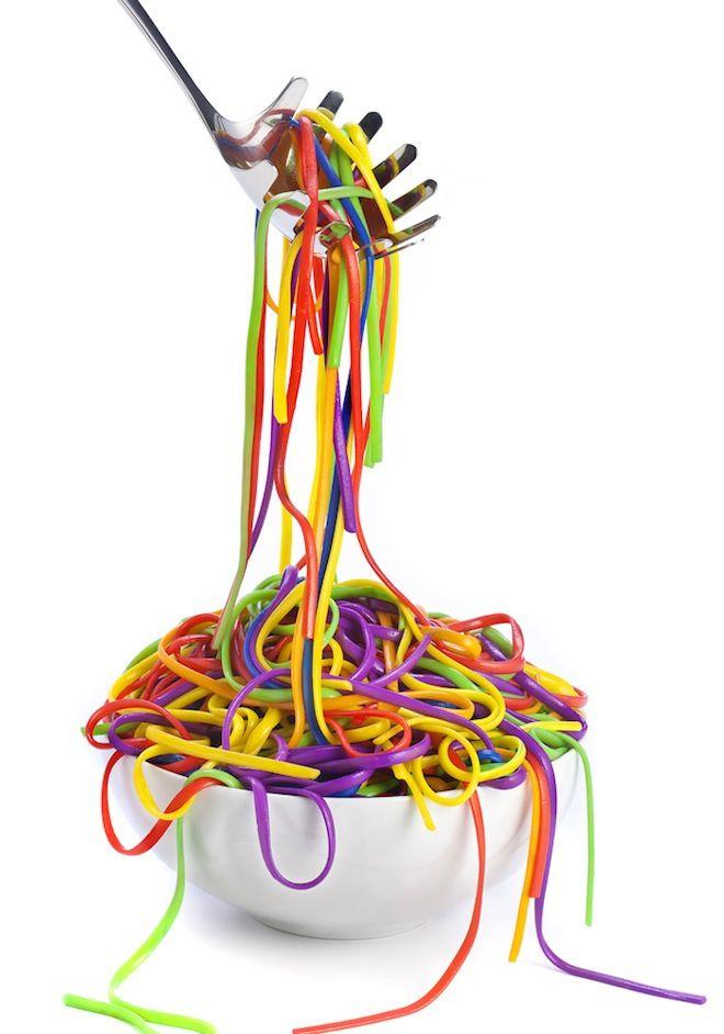 Spaghetti (of andere pasta) in verschillende delen koken, ieder deel in water met een andere kleur. Samen wordt het dan regenboogpasta! Eet smakelijk!!