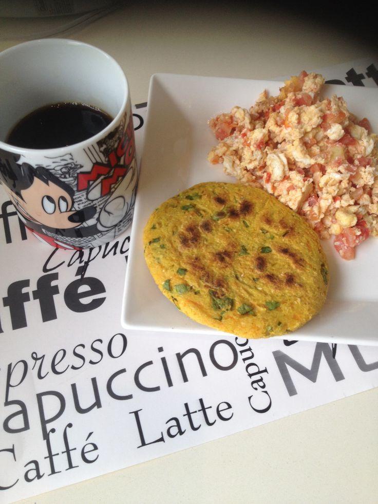 Desayuno! Arepa de Zanahoria, avena y silantro. Huevos revueltos con tomate.