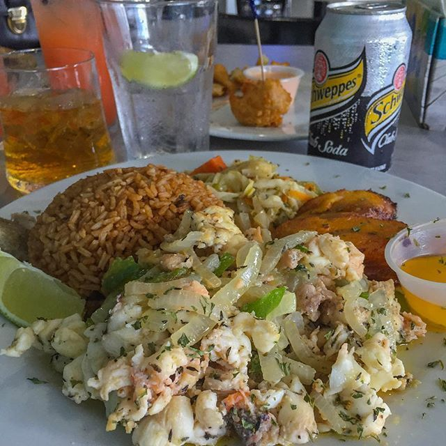 😁 #Life. My typical Bahamian plate includes: steamed lobster with sautéed green onions, onions & oregano + rice & beans + plantains 😱 + steamed cabbage & carrots. Follow me on Snapchat (@fitmencook) for more of my adventures! Boom. (traducción abajo) ----- 😁 #Vida. My plato típico bahameño incluye: langosta al vapor con cebolla y pimiento verde salteado con orégano + arroz con frijoles + plátanos + repollo y zanahorias al vapor. Sígueme en Snapchat (@fitmencook) para ver más de mis…