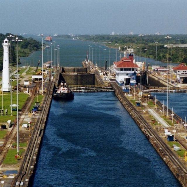 Nelle chiuse di Gatun le navi vengono innalzate di 26 metri sopra al livello del mare, fino al grande lago artificiale #Panama