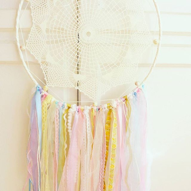 Happy Friday. Finally nice weather, the sun is shining. Let's enjoy! #dreamcatcher #colorfuldreamcatcher #handmade #bohochic #bohemian #boho #bohodecor #bohemiandecor #walldecor #homedecor #wallhanging