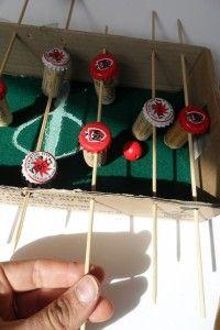 mini-tafelvoetbal gemaakt van een doos, kurk en doppen