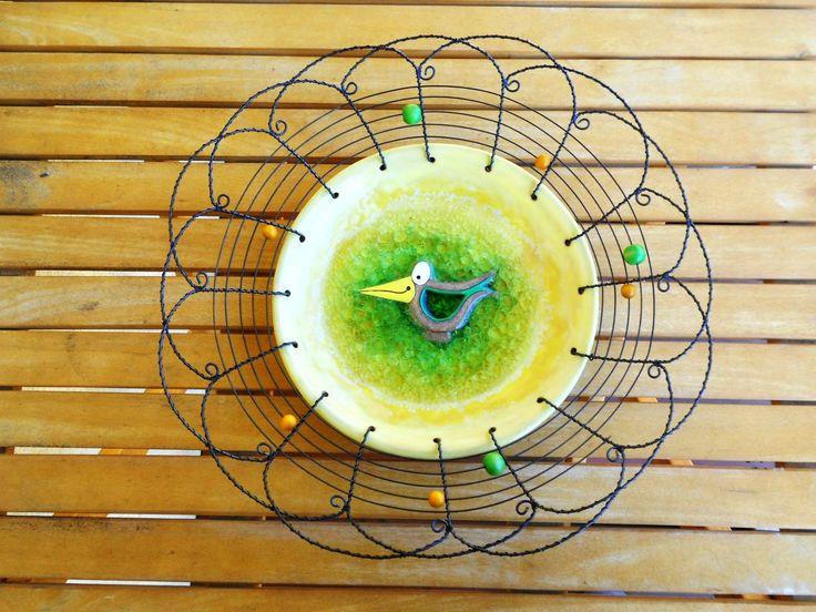 ❀ Cena: 485 CZK + 150 CZK doprava ❀ Velká mísa na ovoce ze železného drátu a keramické misky s roztaveným sklem a s reliéfem ptáčka. Doplněná dřevěnými korálky v barvách keramiky. Kovová krajka vypadá jemně, ale unese pořádnou váhu!  Velikost: průměr 35 cm, výška: 7 cm   vavavu