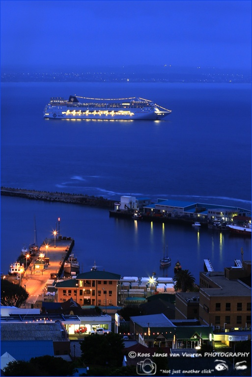 2012 Mosselbay - 4h30 early morning harbour and passenger liner in bay