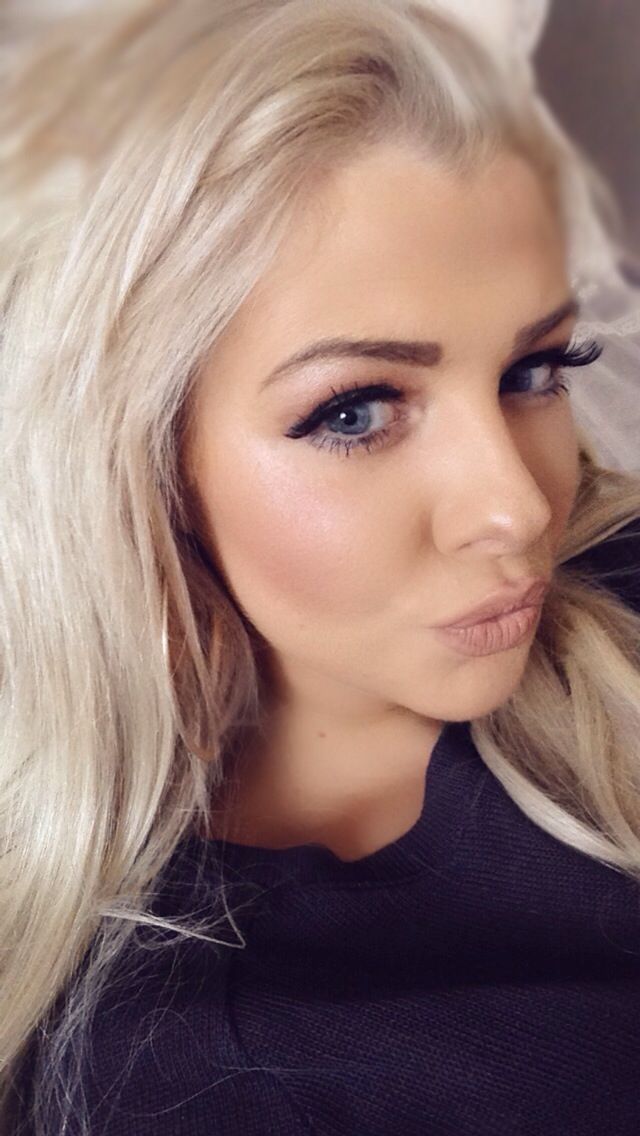 Daisy Bedford. Estée Lauder double wear maximum cover foundation, Lipstick : Yash in mac bold eye make up