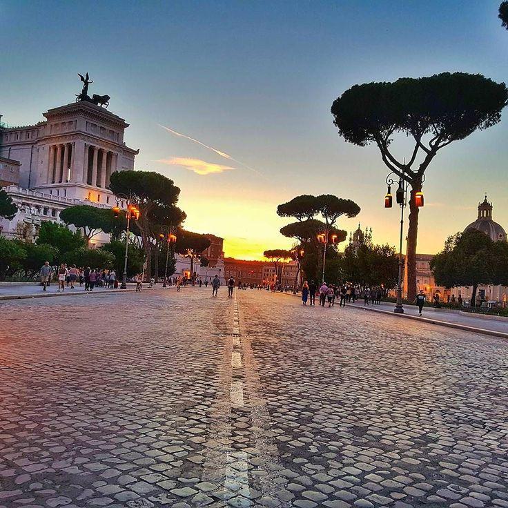 Ai por do sol quanto te amo  . De sábado domingo e feriados essa avenida fecha e podemos caminhar livremente por ali. De um lado você tem essa vista aí do outro lado o Coliseu! Tá ruim escolher pra que lado olhar! Pra que lado você olharia????  . Lembre-se que nós fazemos o seu roteiro personalizado em Roma organizamos o seu transfer do/para o aeroporto e também sua hospedagem! info@emroma.com .  Veja mais no Snapchat Em_Roma  #Roma #europe #instatravel #eurotrip #italia #italy #rome #trip…