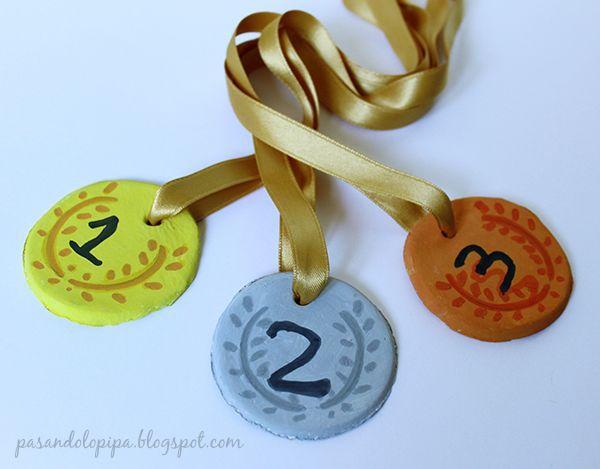 Medallas caseras, competición asegurada. DiY y manualidades con niños. www.pasandolopipa.blogspot.com