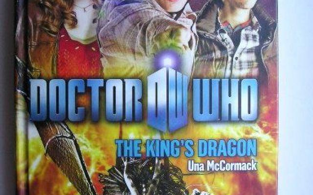"""Una recensione del romanzo """"The King's Dragon"""" di Una McCormack, legato alla serie televisiva """"Doctor Who"""" Il romanzo """"The King's Dragon"""" di Una McCormack è stato pubblicato per la prima volta nel 2010. È al momento inedito in Italia. Ha come protagonisti l'Undicesimo Dottore, Amy e Rory. #doctorwho #fantascienza #recensione"""