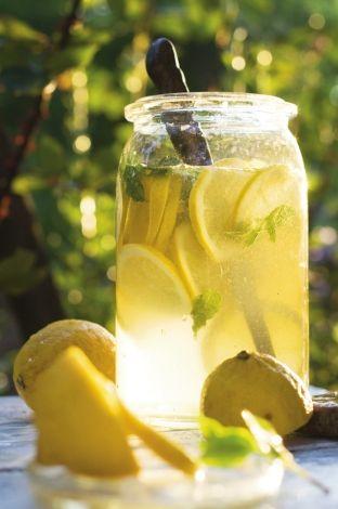 Hűsítő italok a kertből