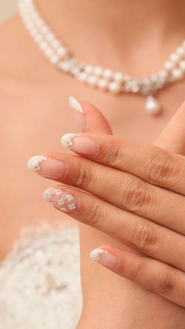 ヴァンクリ風のお花がかわいい白フレンチ♡ 赤い花嫁衣装に合うネイルまとめ。ウェディングドレス・カラードレス・色打掛に合うネイル一覧。