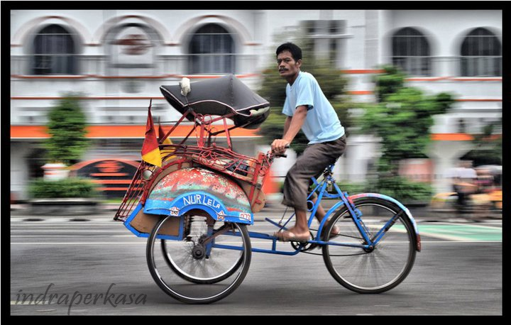 In Indonesia there are two types of rickshaws are commonly used:  - Rickshaw with the driver behind. This species usually exist in Java.  - Rickshaw with the driver on the side. This species is usually found in Sumatra. For tricycles of this type can be subdivided into two sub-types, namely:   - Pedal pedicabs - bicycle rickshaw that uses as a rudder.   - Motorized pedicab / rickshaw engine - which uses a motorcycle rickshaw as a driver.