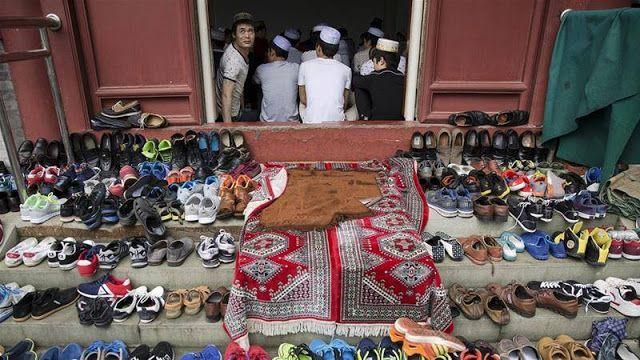 "Sikap anti-Islam China semakin keras  Ilustrasi Muslim di China (Al-Jazeera)  Partai Komunis China semakin menunjukan sikap keras terhadap Islam. Para pejabat senior membuat tudingan berulang kali tentang ""ekstremisme"" global yang masuk ke negaranya serta keharusan melindungi identitas tradisional China. Shaerheti Ahan pejabat partai di Xinjiang pada Minggu (12/2) memperingatkan para pemimpin politik di Beijing bahwa ""situasi anti-teror internasional"" mendestabilisasi kondisi China. Xinjiang…"