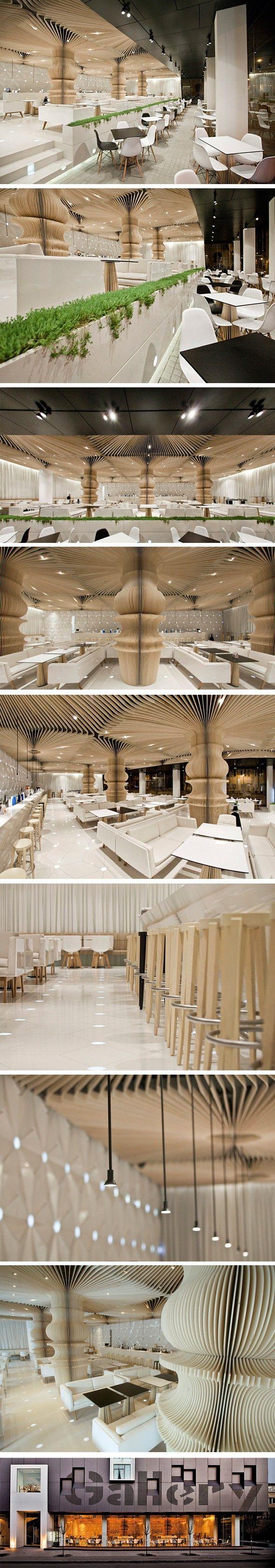 Graffiti Café par Studio MODE - Journal du Design. columnas balaustre torneado escala restaurante