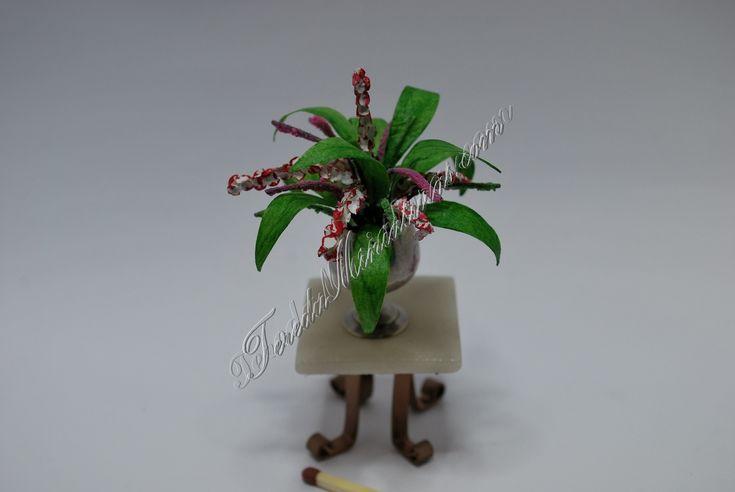 Materiales: Alambre, círculos pequeños de papel, cola, acuarelas, plastilina, papel de seda, sal coloreada, cinta de carrocero, café previamente secado. Para hacer las flores cortamos unos alambres…