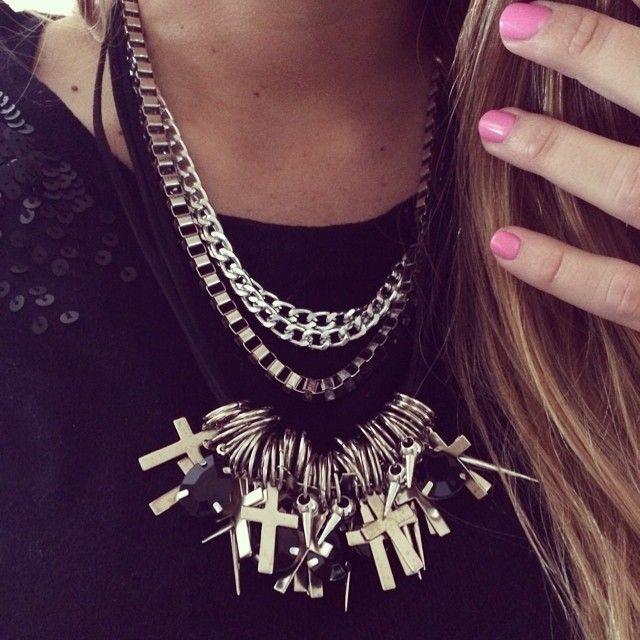 """""""Look del día: Collar mil cruces en negro. es lo más. Súper canchero y va con todo #ootd #fashion #laquedivas #necklace     suma Laquedivas a tu local >>>…"""""""