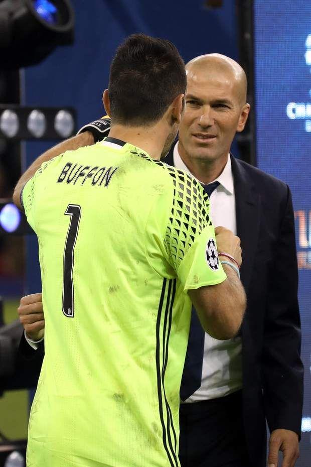 Gianluigi Buffon, le goal malheureux de la Juve, est venu féliciter ZIzou