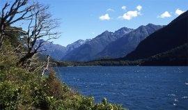 Lac et montagnes de l'île du sud