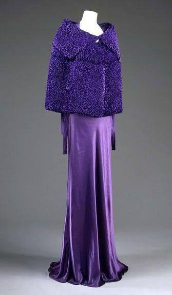 Jeanne #Lanvin, 1935. Capa de noche de #terciopelo de #seda, gasa y forro en satén. Lanvin era una gran conocedora de las posibilidades de los #tejidos, confeccionando esta maravillosa capa, de diseño vanguardista para la época. En color púrpura, con terciopelo de seda acanalado formando una textura que imita el #astracán. Durante la década de 1930, los diseñadores de moda crean boleros y capas cortas para enfatizar la longitud y formas fluidas de los vestidos de noche. Col Victoria and…