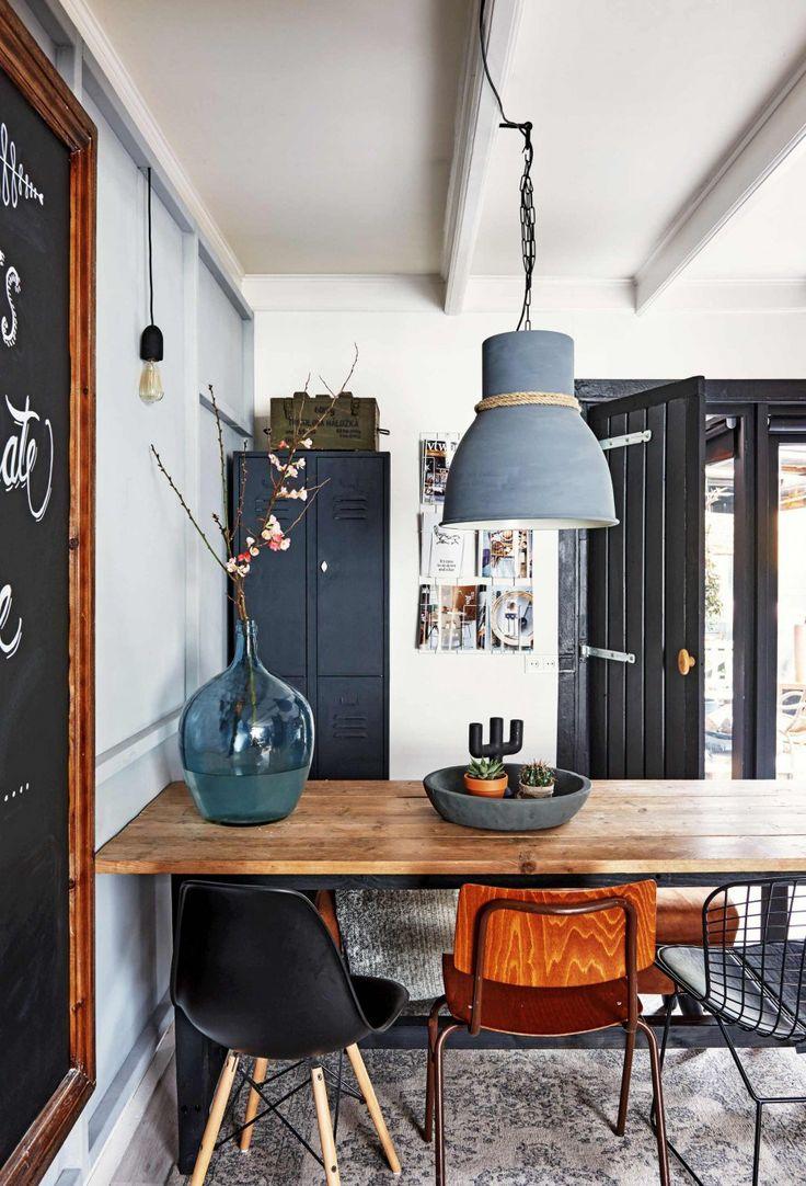 Schickes Esszimmer im Industrie-Look! Die Betonlampe über dem massiven Esstisch und die unterschiedlichen Stühle runden das Gesamtbild ab.