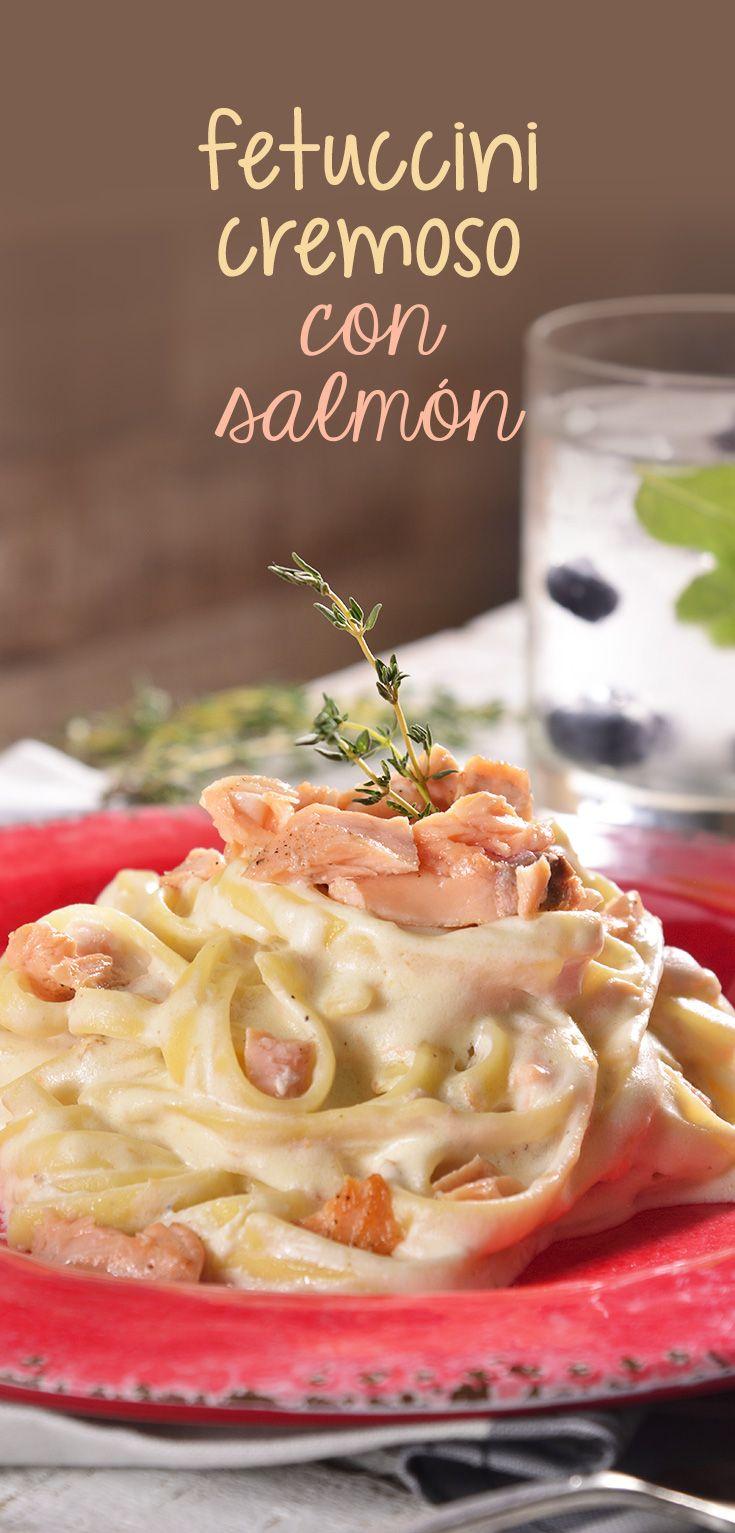 Este fetuccini es cremoso y delicioso, va acompañado con filete de salmón, una salsa de queso manchego que lo hace irresistible con un toque de estragón que te encantará. Lo mejor de todo es que es súper fácil de preparar. ¡Pruébalo!