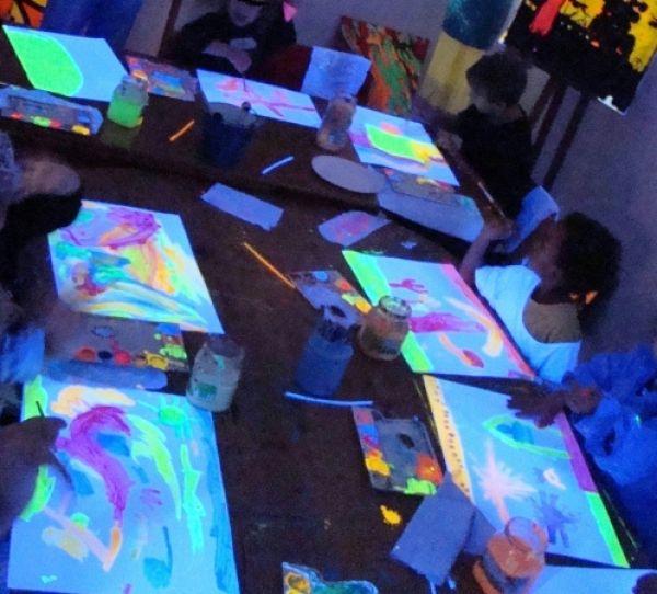 Schwarzlicht Malen und Kindergeburtstage Berlin | die Friedrichshainer