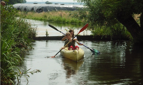 Vanaf de boerderij kanoën naar de plassen bij FarmCamps 't Oortjeshek.