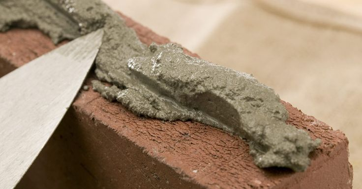 Como construir uma parede de tijolos com tijolos antigos. O uso de tijolos antigos, com sua aparência usada e desgastada pelo clima, é um ponto focal bastante charmoso em um jardim. Um muro baixo de tijolos pode dar definição para o seu espaço ao ar livre, separando-os do pátio, e também pode funcionar como canteiro ou impedir a água de entrar em uma parte do quintal. Caso você tenha tido a sorte de ...