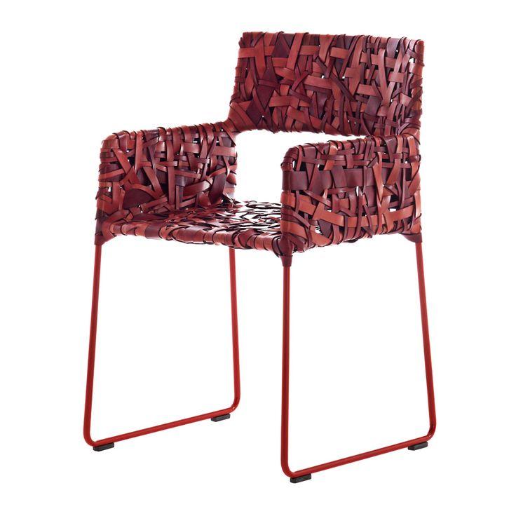 Sedia Rikka di Driade disegnata da Maurizio Galante. La struttura di acciaio è avvolta con 130 metri di nastri di cuoio dalle gradazioni che vanno dal rosso ciliegia al corallo, oppure dal grigio canna di fucile al malva intenso. | #webmobili @driade |