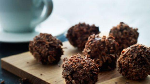 Kokostrøfler med lys og mørk chokolade | Femina