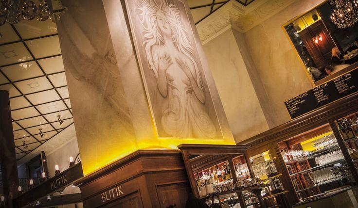 Wienercaféet ett helt nytt inslag i Stockholm. Här upplever du hur bakverken blir till. Du ser brödet gräddas. Du får vara med när smårätter, sallader och kanapéer föds till liv. Allt sker inför öppen ridå. Ett äkta Grand Café med eget bageri, patisseri och med klassisk kallskänk/kök. Här har vi byggt en servering om 145 platser i vackra lokaler med skyhögt i tak. Vi öppnar tidigt med tuppen och stänger snar kväll. Välkommen!