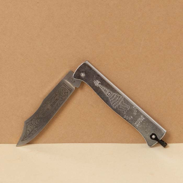 Extra-plat, le Douk-Douk se glisse facilement dans la poche pour couper tout ce qu'on voudra, car sa lame en acier carbone gravé est excellente.