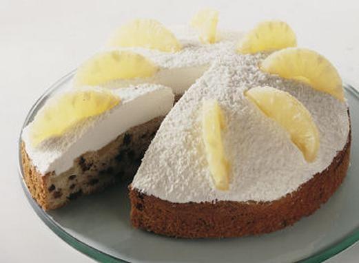 Ein sahniger Ananaskuchen mit Kokos und Rum für Gäste