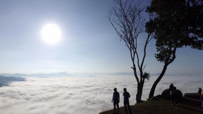 "Kampung Lolai bak ""negeri di atas awan."" Berada ketinggian 1.300 m dpl, lokasi ini menyajikan pemandangan yang sangat menawan."