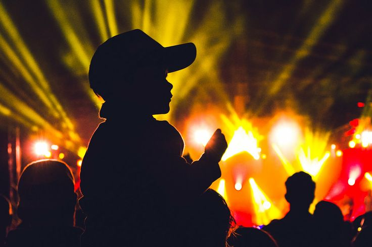 Kid on his dad's shoulder at Hillsong Young and Free, Easterfest 2014 in Queens Park, Toowoomba, QLD, Australia - Zac Harney Photography