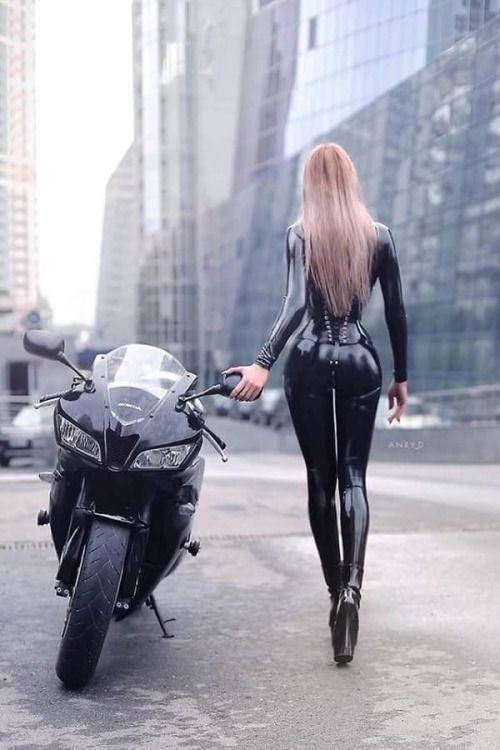 Wow ! A hot machine and a badass hot chick in latex. Sexiness defined.
