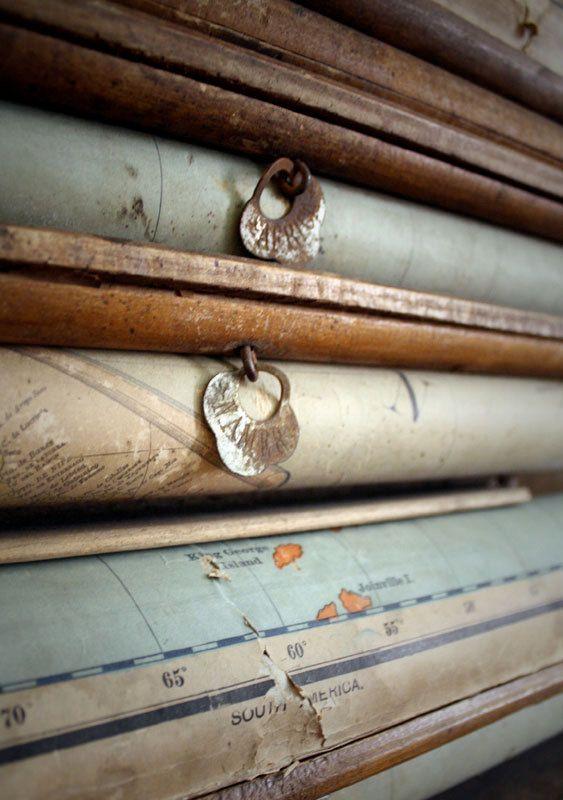 Los mapas del cole. Enrollados encima de la pizarra